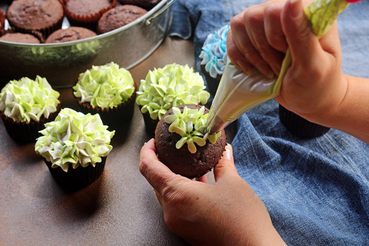 How to Make Amazing Hydrangea Cupcakes with a Video | The Bearfoot Baker