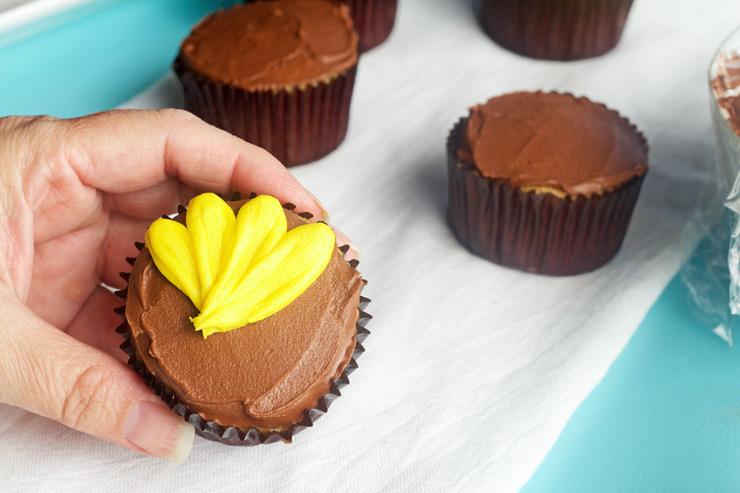 How to Make Daisy Cupcakes | The Bearfoot Baker
