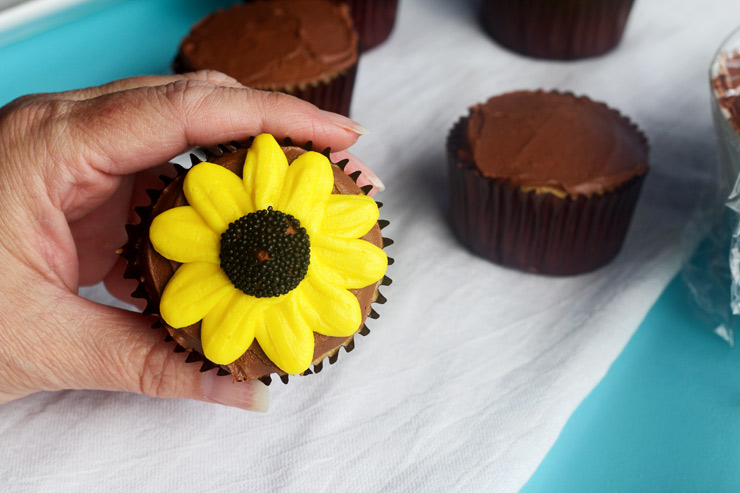 How to Make Fun Daisy Cupcakes | The Bearfoot Baker