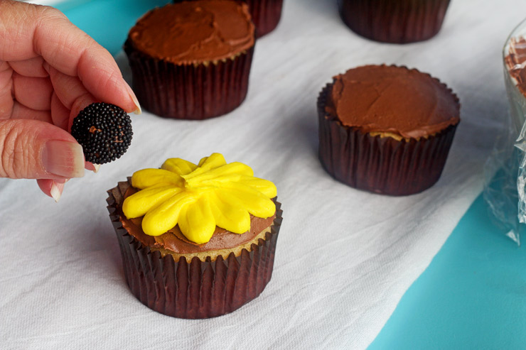 How to Make Fun Daisy Cupcakes with Video | The Bearfoot Baker