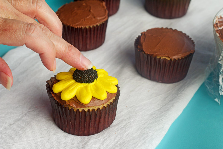 Learn How to Make Daisy Cupcakes with Video | The Bearfoot Baker