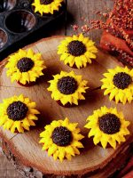 How to Make Sunflowr Cupcakes with Buttercream Frosting | The Bearfoot Baker