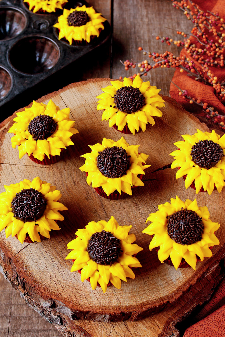 Sunflower Cake With Cupcakes