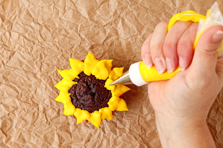 Simple Sunflower Cupcakes | The Bearfoot Baker
